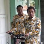 Walikota Depok Nurmahmudi Ismail bersama Kepala Dinas Pendidikan Herry Pansila Prabowo saat membawa sepeda untuk diberikan kepada Chiko dan Rinto.(Dok SP)