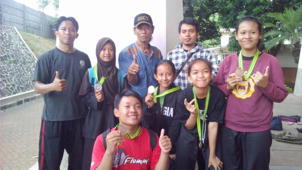 Pimpinan Padepokan Pajajaran TB Toto bersama siswa peraih medali di kejuaraan pencak silat antar pelajar se Indonesia
