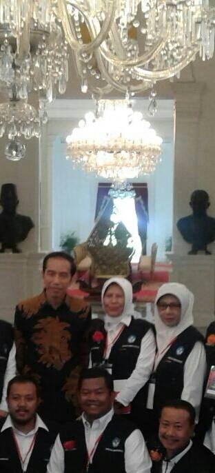 Presiden RI Jokowi pose bersama Kepsek dan guru SMAN 1 Depok