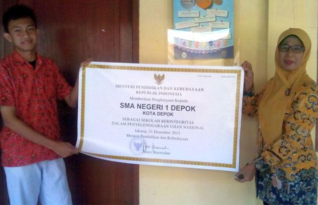 Laksmi bersama siswa didiknya menunjukan penghargaan dari Kemendikbud.