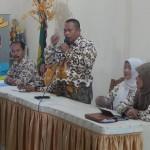 Kepala UPT Pendidikan TK/SD Pancoran Mas Sukarjo saat memberikan sambutan didampingi Pengawas dan Ketua Tim Diklat Ade Sukma (Dok SP)