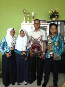 siswa siswi yang berprestasi bersama Kepala Sekolah SMP Negeri 2 Kotabaru