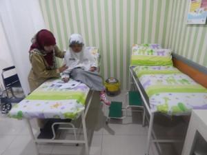 Kabid Pendas Saat kunjungi siswa sakit diruang UKS SDIT Al- Haraki.(Dok SP)
