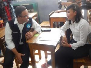 Anies bincang-bincang dengan peserta putri UNPK Kejar Paket C
