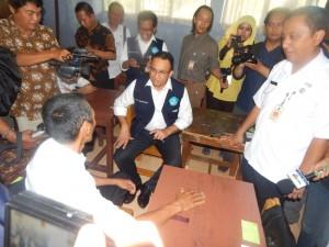 Menteri Anies bincang-bincang dengan peserta UNPK Nurdin Nurdiansyah (51 tahun) Didampingin Kadisdik