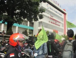 Para buruh yang tergabung dalam FSPKEP berorasi di depan RSSM, Cibinong