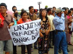 aksi demo warga Desa Bangkalaan Dayak di depan Gedung DPRD Kotabaru