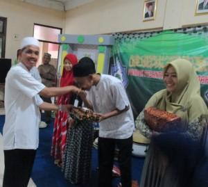 kepsek SMK Assalamah menyerahkan hadiah kepada juara lomba