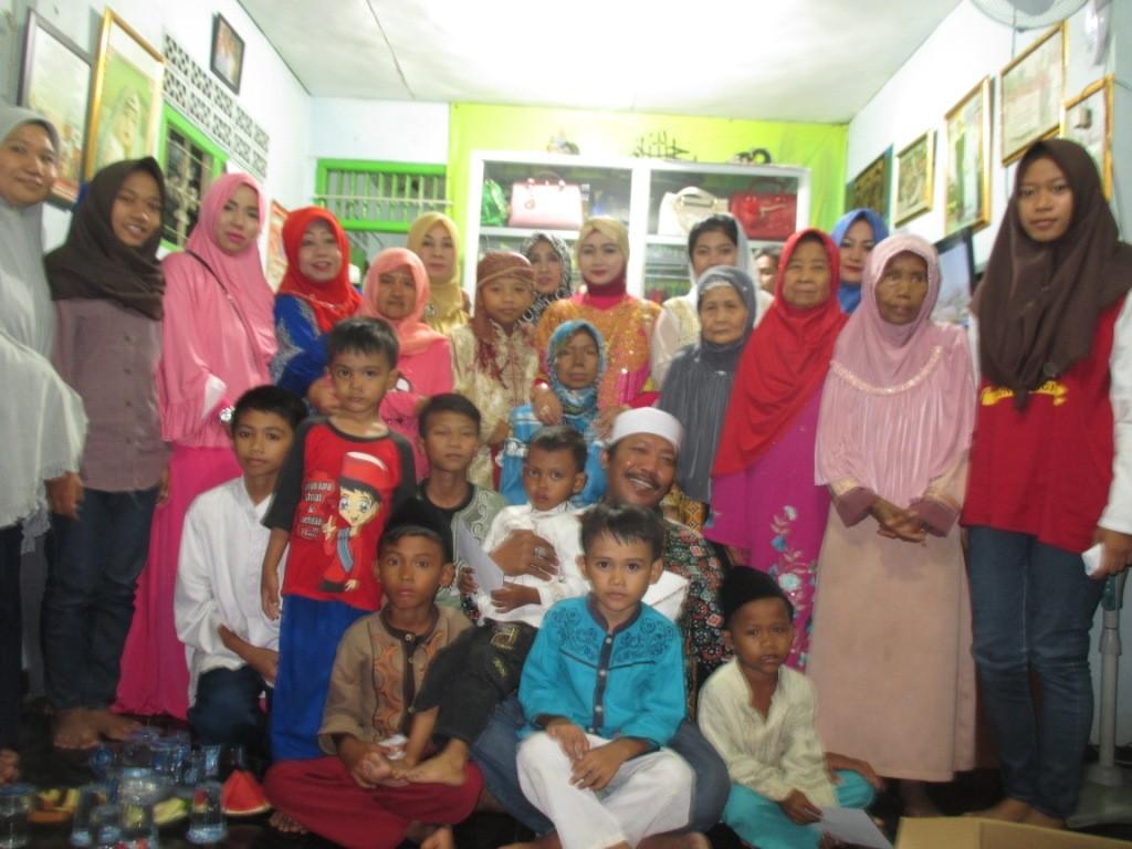 keluarga Kasno foto bersama dengan penerima santunan
