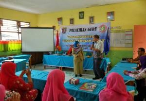 Kabid Pendas, Hj. Enenng Sugiarti memberikan arahan di SDN Kalimulya 1, Cilodong
