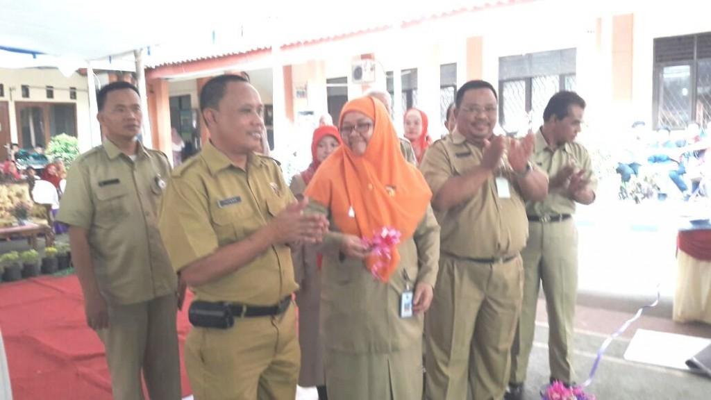 Sekdis Pendidikan kota Depok, Siti Chaerijah disaksikan Kepsek SMAN/K meresmikan bazar sekolah di SMAN 3 Depok