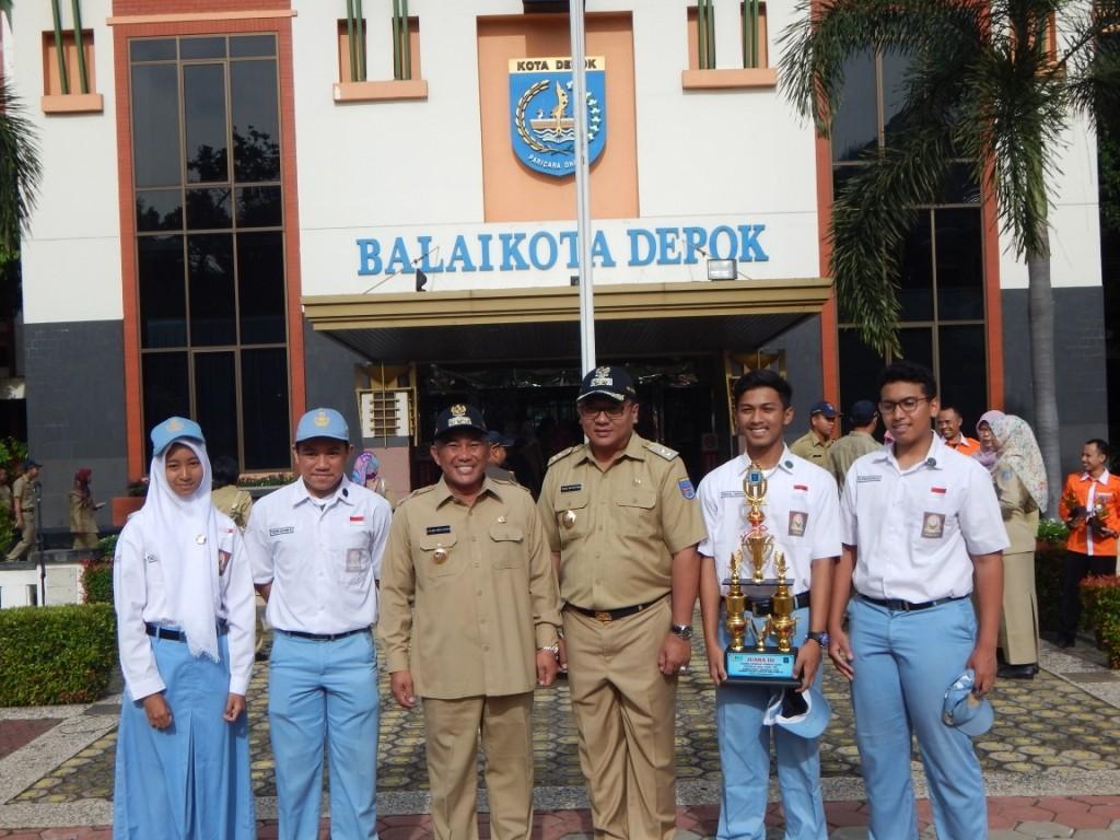 WALIKOTA dan WAWALI DEPOK bersama M. Irfan Basyarahil, Stephen Govanni W. Fadhil Farras siswa SMAN 1 Depok Juara 3  lomba cerdas cermat HAM Tingkat SMA dari kementerian Hukum dan HAM RI.