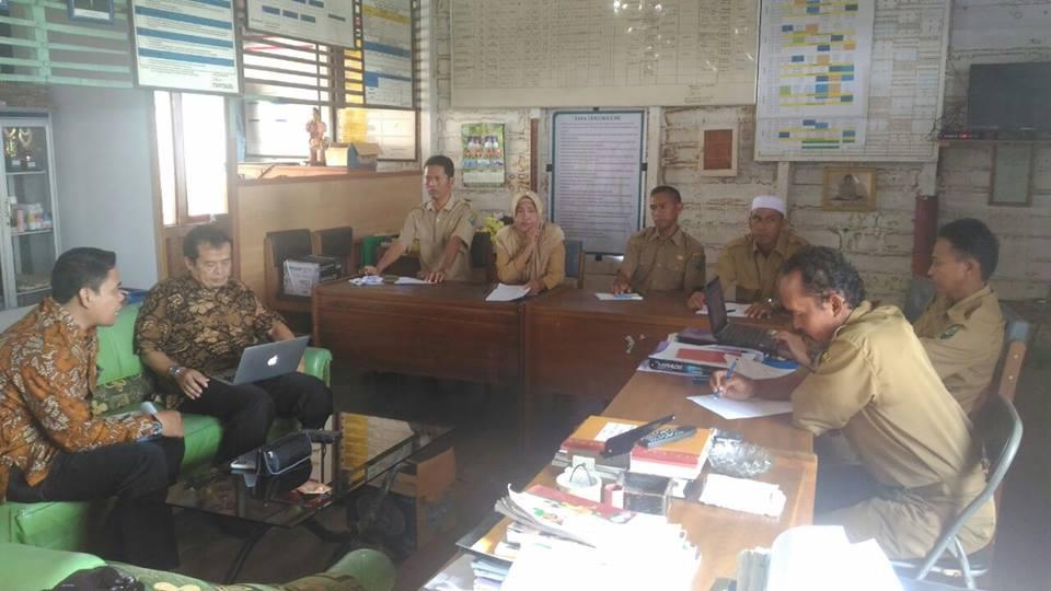 suhyana, MPd saat membagikan pengalaman dengan para guru di SDN Ambahai Kalimantan Selatan