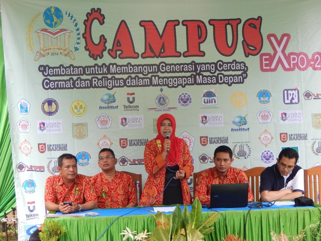 Ketua Komite SMAN 10 Ilyas didampingin kepsek SMAN 10 Depok Siti Faizah dan Ketua Pelaksana Kampus Expo SMAN 10 Depok, Margana dan dewan guru.