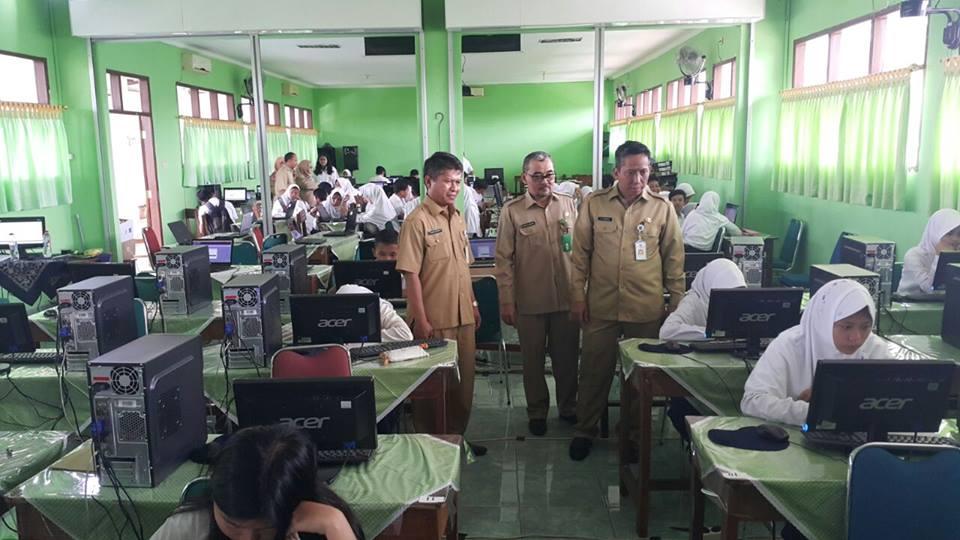 Kepala Dinas Pendidikan kota Depok, M. Thamrin dan Kepala Kantor Kementerian Agama Kota Depok, Chalid Mawardi melakukan monitoring bersama di SMP Negeri 3 dan MTs Al Kautsar didampingi Kepala SMPN 3 Depok, Komar Suparman. Senin (27/2/17).