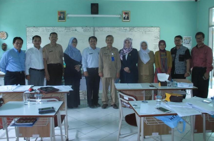 Ketua pelaksana OSN 2017 Bambang Aryan didampingi Kepala SMAN 6 Aidawati serta pengawas