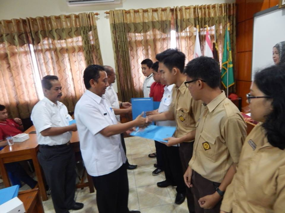 Herry memberikan sertifikat sekaligus ucapkan selamat kepada para juara lomba seleksi tingkat Kota