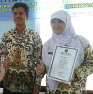 Eva Evriva Kep SDN Cipar 3 bersama Kepala UPT Pendidikan SD Kec Cimanggis Ajid