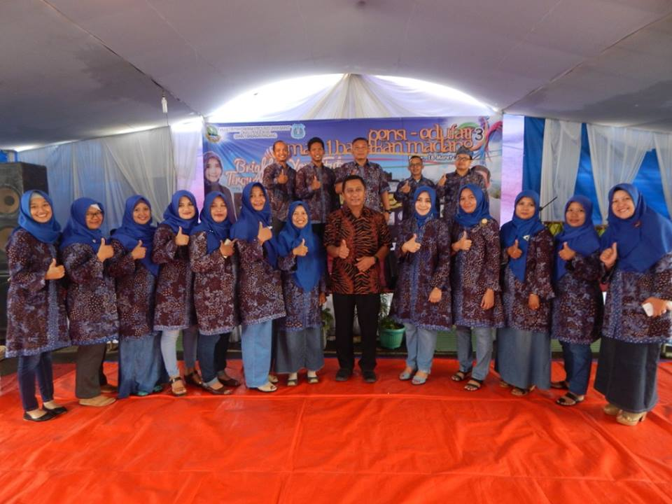 Kepala SMAN 1 Babakan Madang, Hj. Elis Nurhayati dan  Dewan guru berfoto bersama Kepala BP3 Wilayah 1, Herry Pansila Prabowo