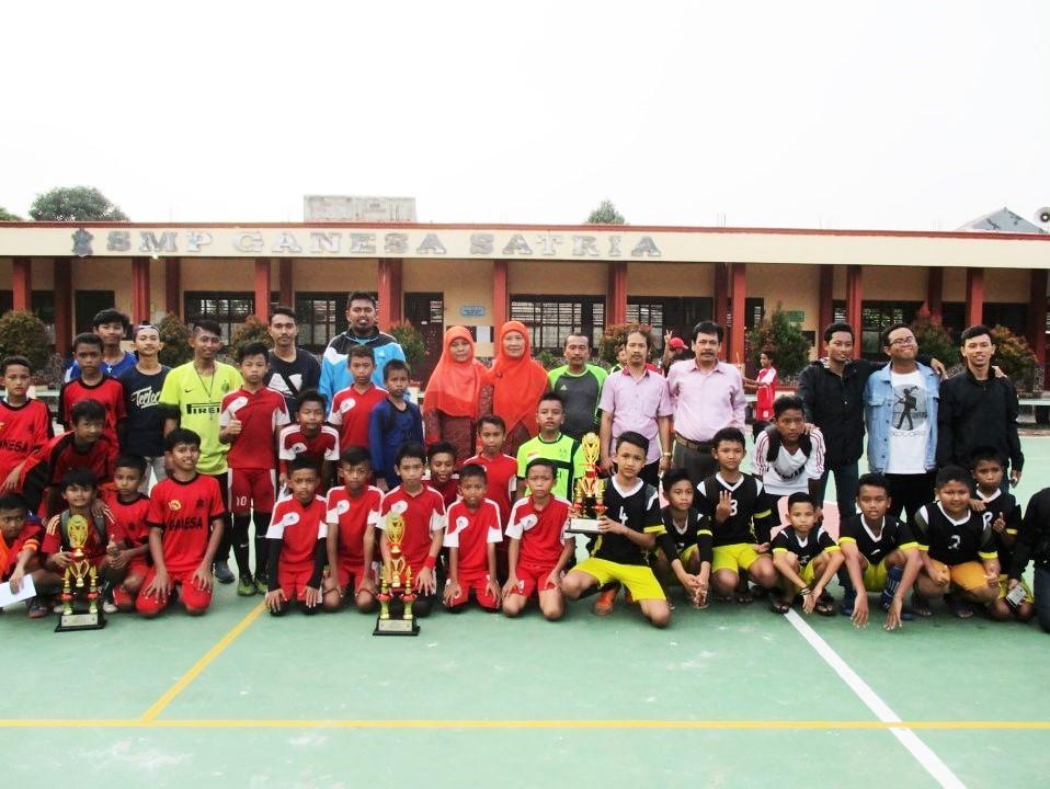 Kepala SMP dan dewan guru Ganesa Satria foto bersama dengan para juara turnamen futsal 2017