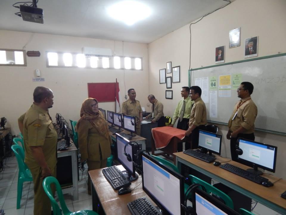 Kepala Balai wilayah 1 Bogor, Herry Pansila Prabowo saat memantau pelaksanaan UNBK hari pertama di SMK Unggulan PGRI 2 Cibinong. Senin (3/4/17) siang.