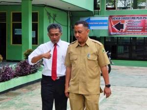 Ali Gozali bersama Kepala BP3 Wlyah 1 Bogor, Herry Pansila saat memantau pelaksanaan UNBK