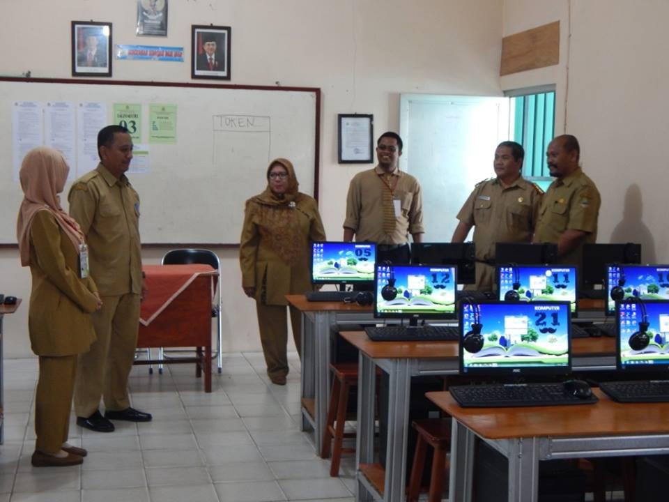Herry Pansila Prabowo yang didampingi Ketua MKKS, Bambang Supriyadi, serta Kasubag TU Wilayah 1, Ridwan Mujani dan Kepala SMK Unggulan PGRI 2 Cibinong, Dra Endang Susilowati