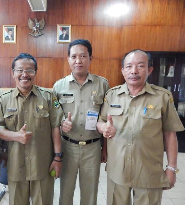 Kepala SMAN 2 Dede Agus bersama Kasie Pengawas BP3 Wilayah 1, Akip Ibrahim dan pengawas   lainnya