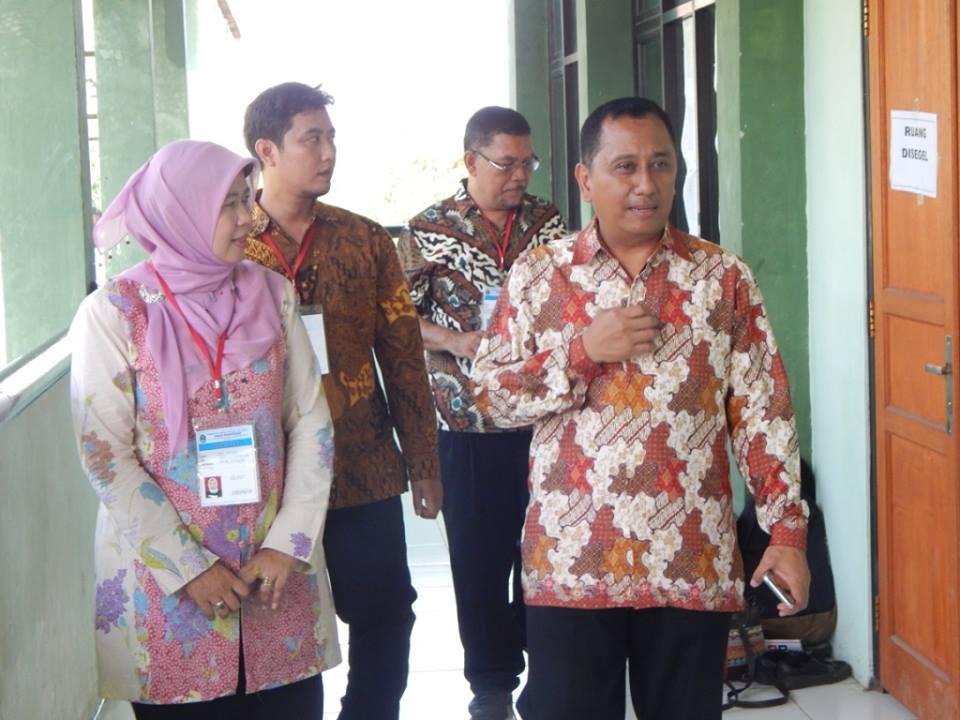 Kepala BP3 Wilayah 1, Herry Pansila didampingi Kepala SMA Negeri 10, Siti Faizah memeriksa beberapa ruangan yang digunakan untuk UNBK