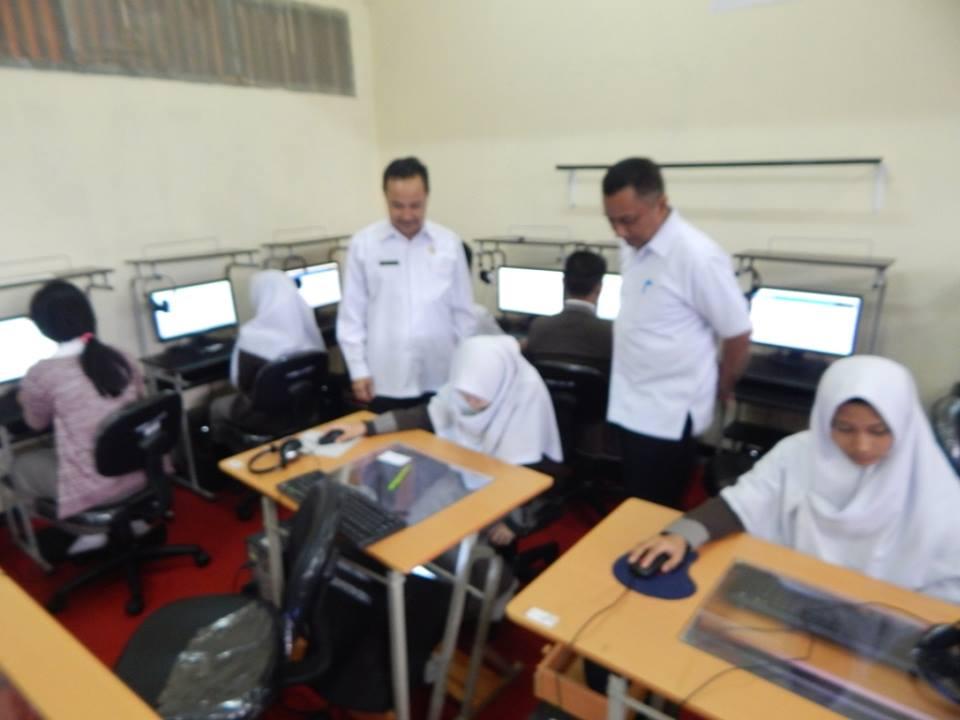 Kepala BP3 Wilayah I didampingi Drs Chairil Anwar , Kepsek SMKN 1 memantau pelaksanaan UNBK
