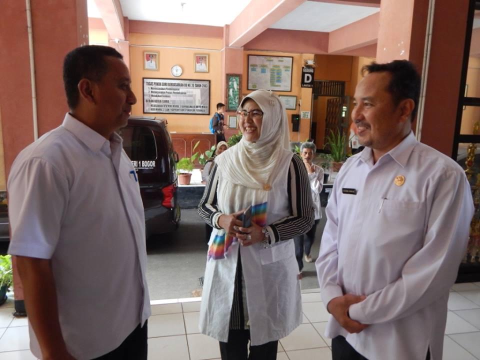 Drs Chairil Anwar , Kepsek SMKN 1 Kota Bogor  berdialog dengan Kepala BP3 Wilayah I, Herry Pansila