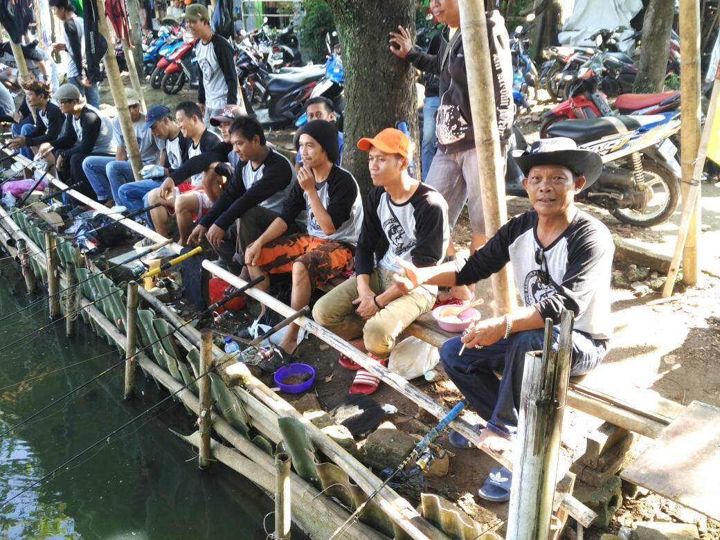 Forum Komunikasi Pemuda Remaja Cipayung menggelar mancing bareng di Situ Cilodong. Senin (1/5/17)