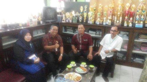 Kadisdik, M. Thamrin didampingi Kepsek SMPN 11 Salim Bangun serta pengawas USBK