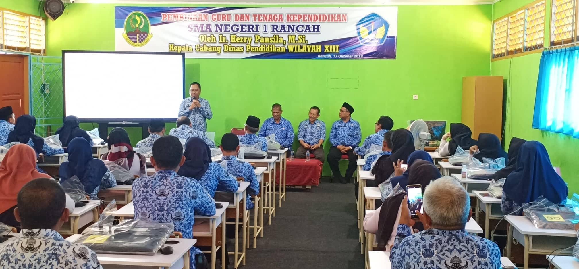 Kepala Cabang Dinas wilayah XIII, Herry Pansila memberikan pembinaan kepada 70 PTK di SMAN 1 Rancah-swarapendidikan.co.id