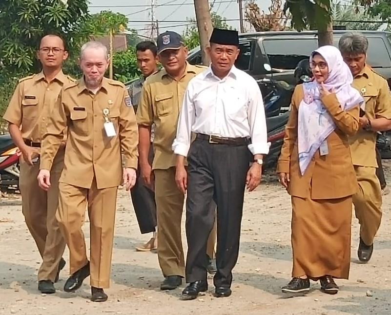Mendikbud Muhadjir Efendy didampingi Kabid Sarpras Disdik dan Kepala SMPN 22-swarapendidikan.co.id