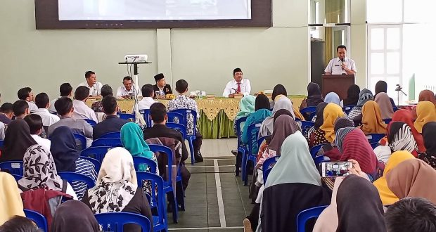 Plt Kepala Cabang Dinas (KCD) pendidikan wilayah XII, Herry Pansila membuka workshop MGMP Bahasa Inggris untuk guru SMK se Kab. Tasikmalaya-swarapendidikan.co.id