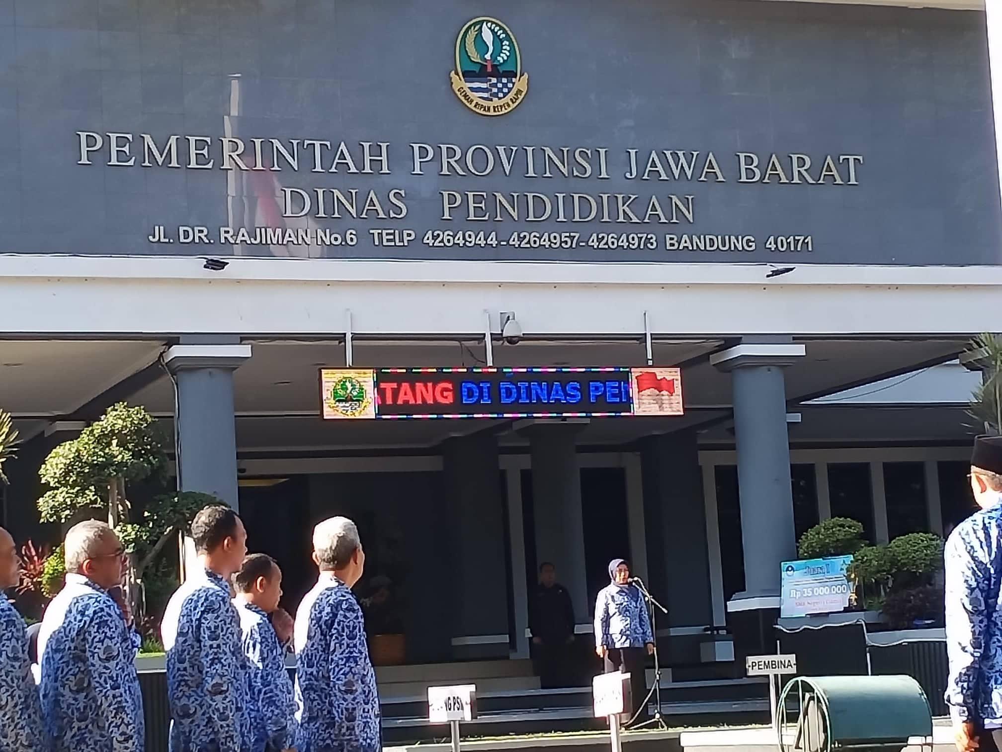 Kepala Dinas Pendidikan Provinsi Jawa Barat, Dewi Sartika mengapresiasi SMKN 1 Ciamis atas keberhasilannya meraih juara I Lomba Sekolah Sehat Berkarakter Tingkat Nasional Tahun 2019. saat apel pagi di Halaman Kantor Disdik