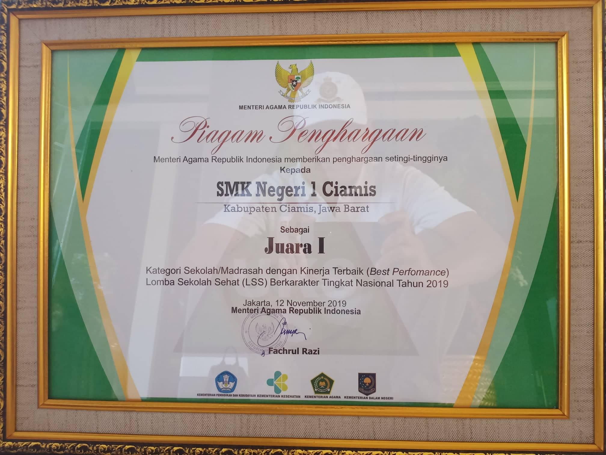 Piagam penghargaan dari Menteri Agama atas keberhasilannya meraih juara I Lomba Sekolah Sehat Berkarakter Tingkat Nasional Tahun 2019.
