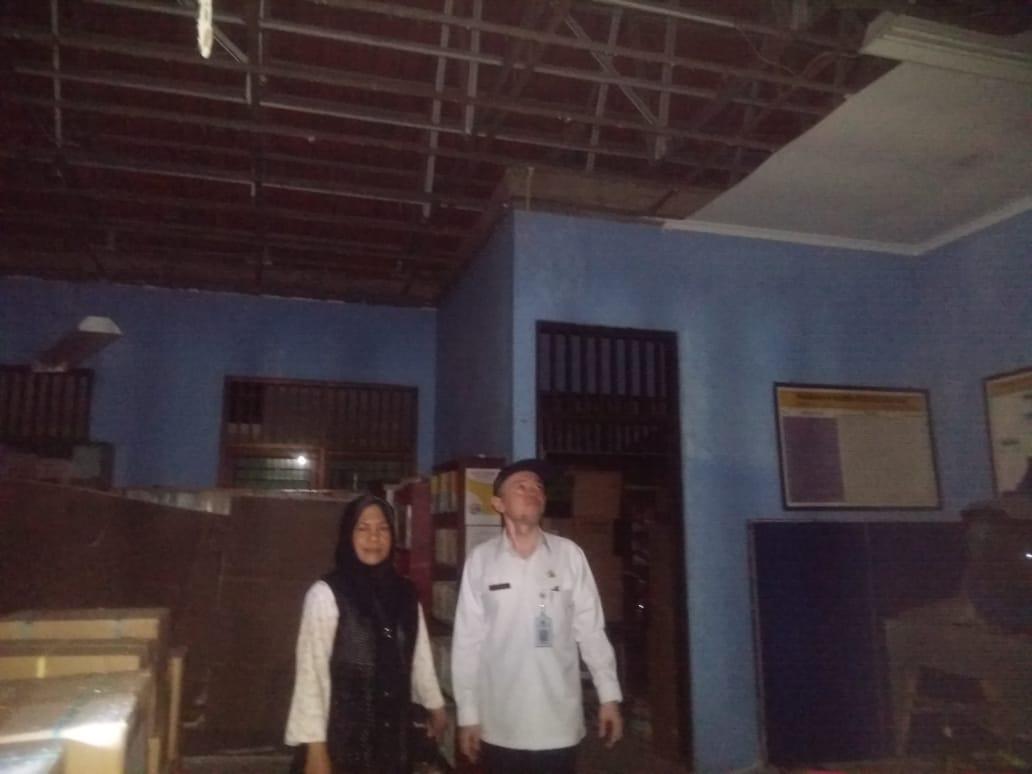 Kabid Sarpras Disdik, Sutarno, SE, MM mengecek ruang kelas yang rusak akibat hujan dan angin kencang, Rabu (6/11/19) sore