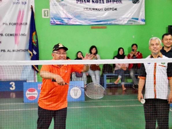 Walikota melakukan servis pertama, tanda dimulainya Kejuaraan bulutangkis tingkat Kota Depok