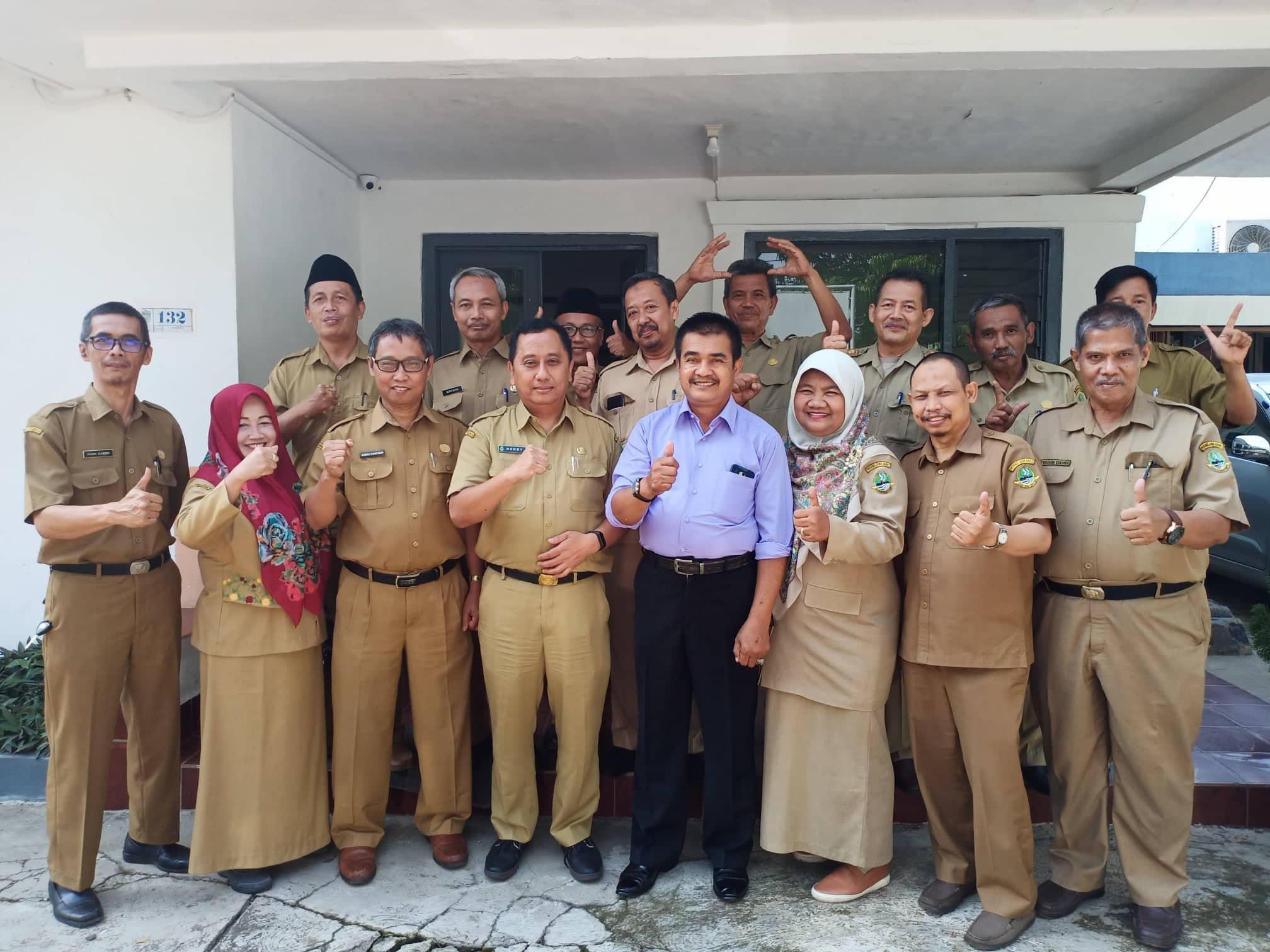 Kepala Cabang Dinas XIII, Herry Pansila serta jajaranya berfoto bersama Ahmad Sarifudin dan Nana Sukmana, Pengawas Pembina di KCD XIII yang memasuki masa purnabakti