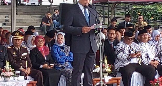 Gubernur Jawa Barat, Ridwan Kamil membacakan sambutan Mendikbud pada peringatan Hari Guru 2019