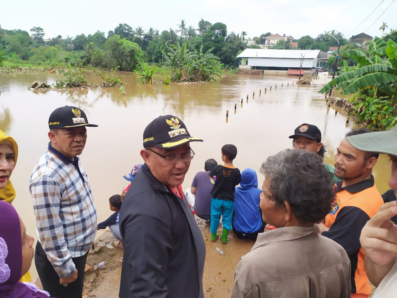 Walikota Depok, Mohammad Idris tinjau sungai Pesanggrahan di Kelurahan Pasir Putih, Sawangan, Rabu (01/01/20)