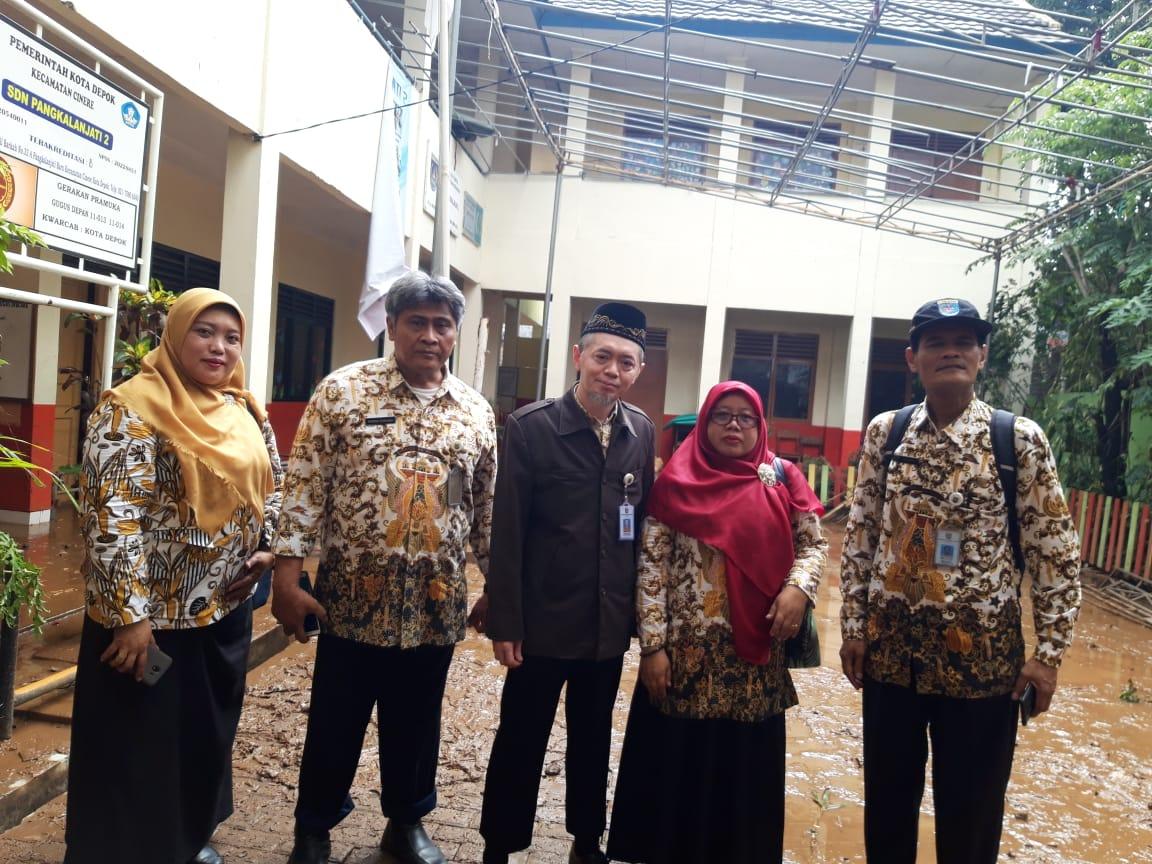 Sutarno, SE, MM bersama Kabid SD, Sada, Kasi Sarpras SD, Alif suryarini, Kasi Sarpras SMP, Nyoman Budiarsa, dan Kepala SDN Pangkalan Jati 2, Elly Yulianti. Kamis (02/01/20).
