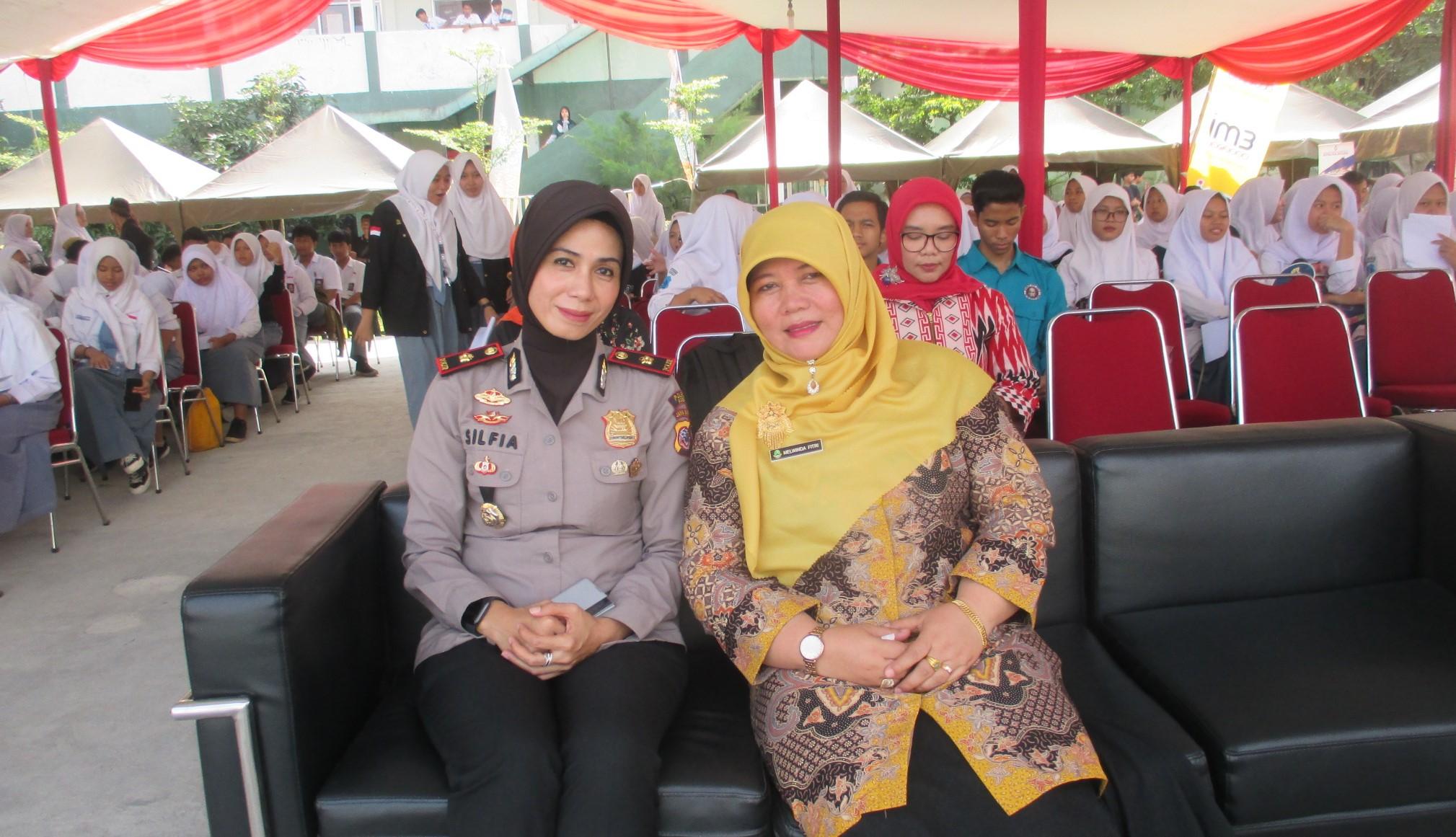 Kepsek SMAN 1 Babakan Madang, Melwinda Fitri bersama Kapolsek Kec. Babakan Madang