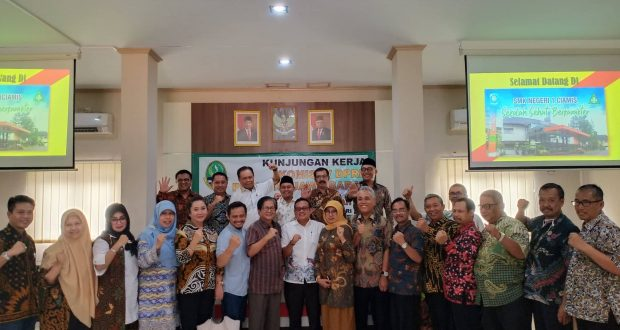 kunjungan kerja sejumlah anggota dewan Komisi 5, Dewan Perwakilan Rakyat Daerah Provinsi Jawa Barat yang dipimpin Wakil Ketua DPRD Propinsi Jawa Barat, H. Achmad Ru' yat di Aula SMKN 1 Ciamis, Kamis (30/1/2020).