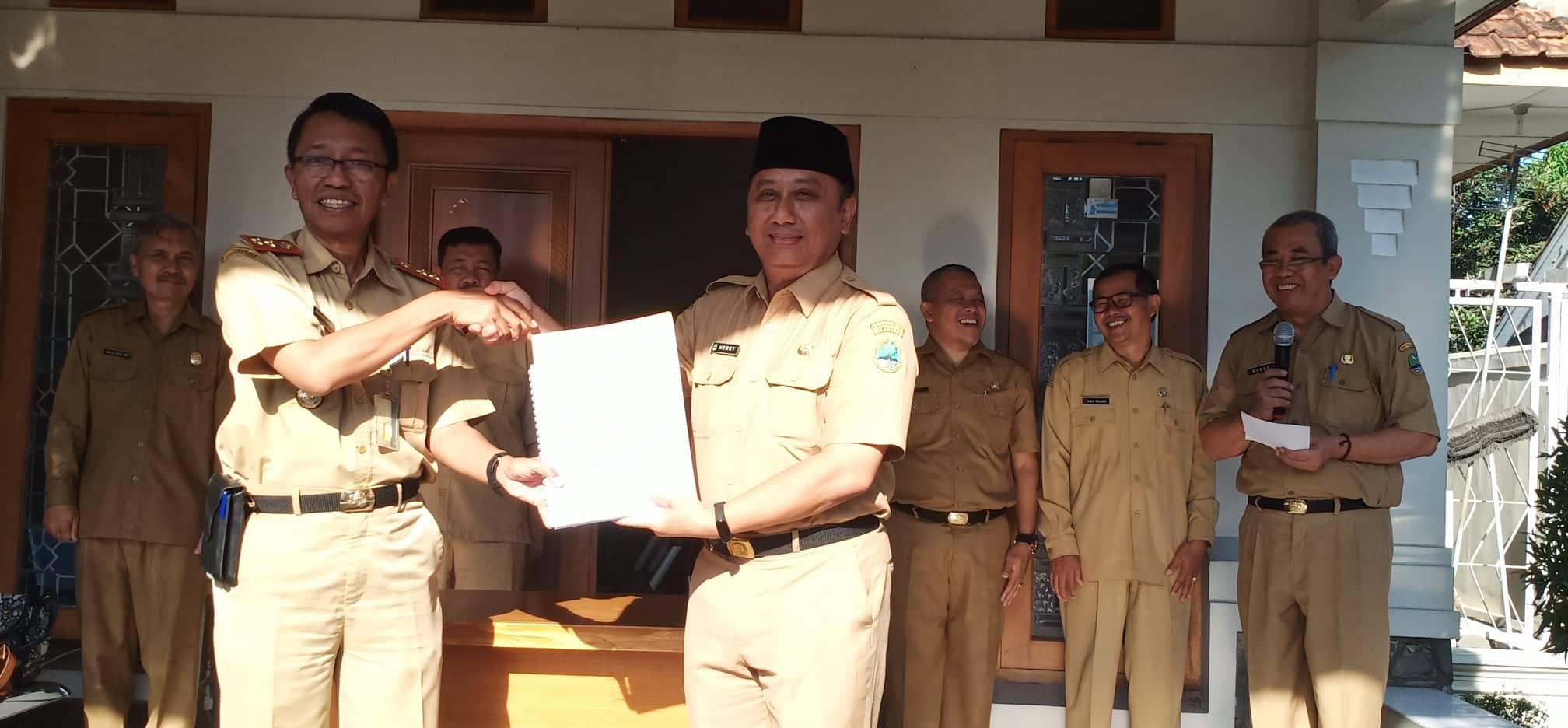 Serah terima jabatan dari Herry Pansila Plt KCD 12 kepada pejabat definitif, Drs Abur Mustikawanto, yang sebelumnya menjabat Kepala seksi (Kasi) Teknologi, Informasidan Komunikasi (Tikomdik) Dinas Pendidikan Jawa Barat