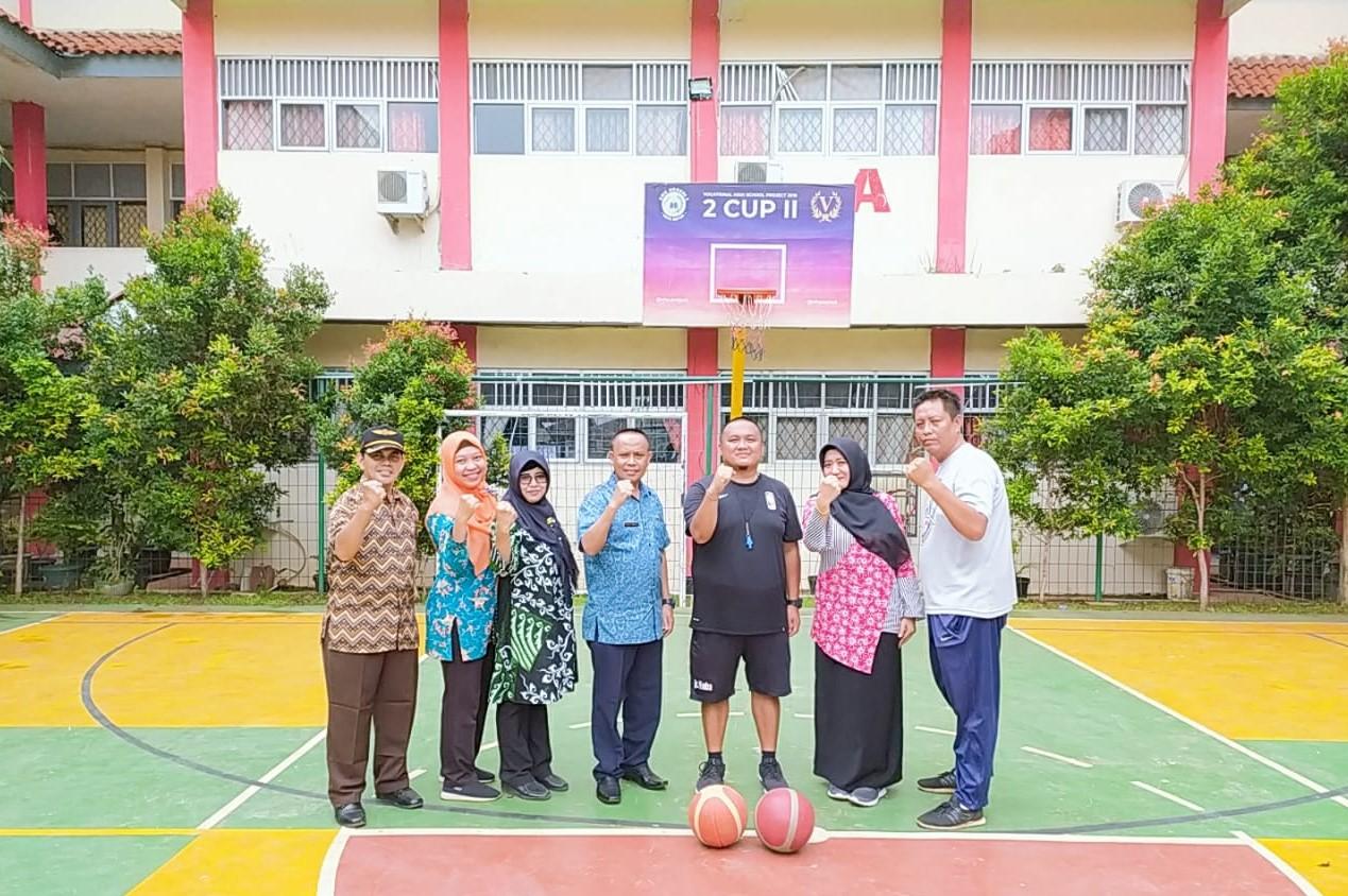 Coach Calvin bersama Kepsek dan guru SMKN 2 Depok