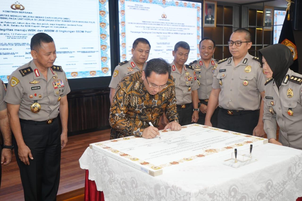 Ketua BPK RI Dr. Agung Firman Sampurna menandatangani komitmen bersama pencanangan WBK dan WBBM