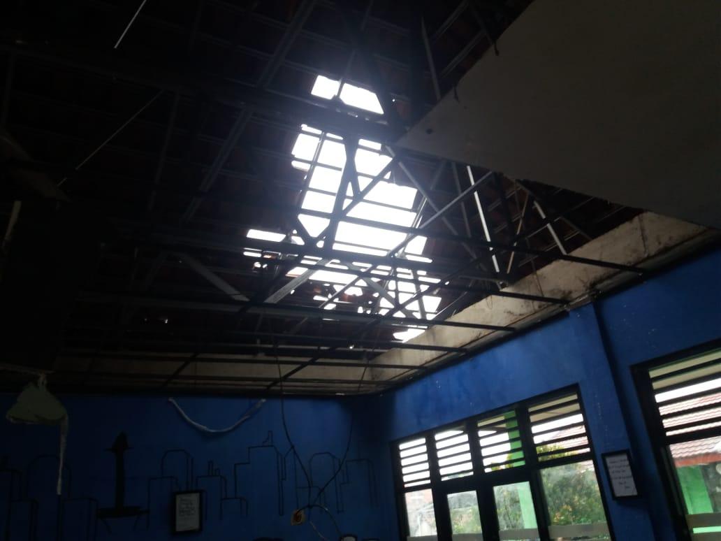 Ruang kelas 8.1 yang mengalami kerusakan cukup parah